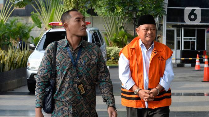 Bupati Sidoarjo Saiful Ilah (kanan) saat akan menjalani pemeriksaan perdana pascaterjaring OTT di Gedung KPK, Jakarta, Jumat (17/1/2020). Saiful diperiksa sebagai tersangka terkait dugaan menerima suap dalam proyek infrastruktur di Dinas PUPR Kabupaten Sidoarjo. (merdeka.com/Dwi Narwoko)