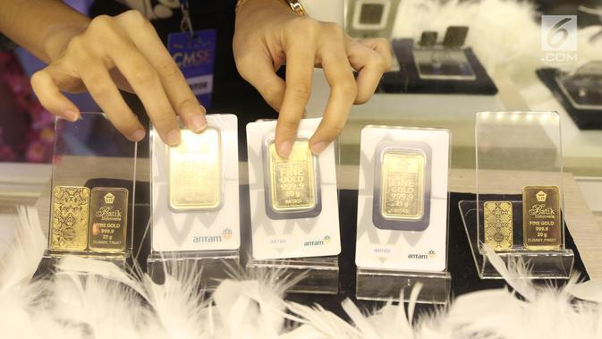 Petugas menunjukan dummy emas batangan saat pameran di Jakarta. (Liputan6.com/Angga Yuniar)