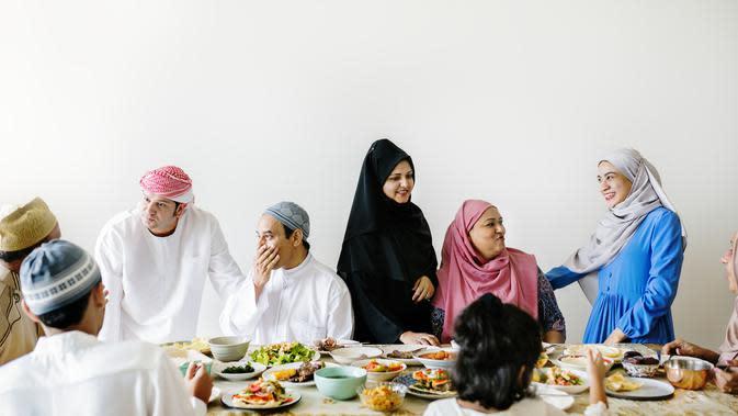 Ilustrasi makan bersama sahur dan buka puasa (iStockphoto)