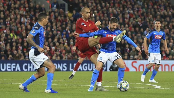 Gelandang Liverpool, Fabinho (kedua kiri) berebut bola dengan Penyerang Napoli, Dries Mertens pada pertandingan Grup E Liga Champions di stadion Anfield, Inggris (27/11/2019). Liverpool bermain imbang 1-1 atas Napoli. (AP Photo/Jon Super)
