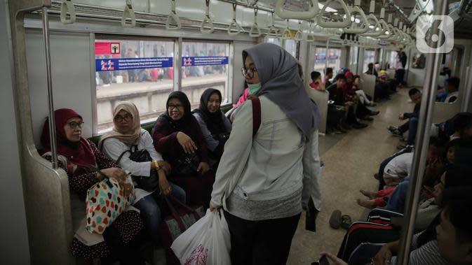 Penumpang KRL Commuter Line Bogor-Jakarta berjalan dalam kereta di Stasiun Tanah Abang, Jakarta, Minggu (29/12/2019). PT KCI menambah 28 perjalanan KRL tambahan khusus perayaan pergantian tahun. (Liputan6.com/Faizal Fanani)