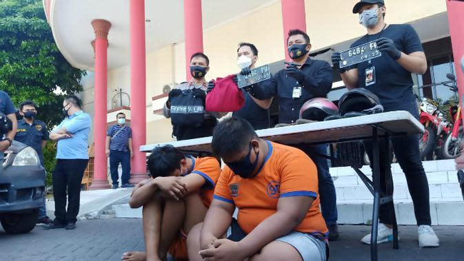Unit Jatanras Satreskrim Polrestabes Surabaya menangkap dua pelalu Pencurian Sepeda Motor (Curanmor). (Foto: Liputan6.com/Dian Kurniawan)