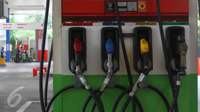 Mesin pengisian ulang bahan bakar minyak di salah satu SPBU, Jakarta, Selasa (15/3). Pertamina menurunkan harga bahan bakar minyak (BBM) umum Pertamax, Pertamax Plus, Pertamina Dex, dan Pertalite Rp 200 per liter. (Liputan6.com/Angga Yuniar)