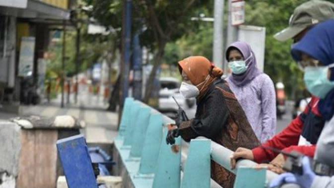 Wali Kota Surabaya Tri Rismaharini (Risma) cek saluran air di Kawasan HR.Muhammad-Mayjed Sungkono-Padmosusastro bersama jajaran OPD Pemkot Surabaya pada Sabtu, (10/10/2020). (Foto: Instagram @sapawargasby dan dkrth surabaya)