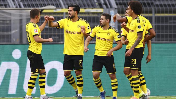 Pemain Borussia Dortmund, Emre Can, melakukan selebrasi usai membobol gawang Hertha Berlin pada laga Bundesliga di Stadion di Signal Iduna Park, Sabtu (6/6/2020). Borussia Dortmund menang 1-0 atas Hertha Berlin. (AP/Lars Baron)