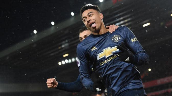 Gelandang Manchester United, Jesse Lingard, merayakan gol ke gawang Liverpool pada laga Premier League di Anfield, Minggu (16/12/2018). (AFP/Paul Ellis)