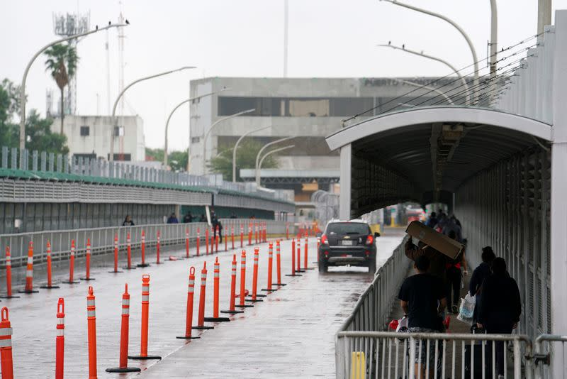 U.S. closes lanes, adds checks at Mexico border to contain coronavirus