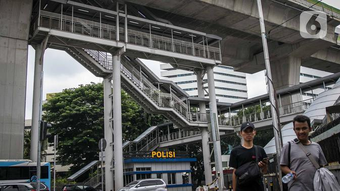 Tangga untuk akses menuju halte Transjakarta CSW di Jalan Sisingamangaraja, Jakarta, Rabu (15/1/2020). Sejak jalur layang TransJakarta koridor 13 diresmikan pada tahun 2017, halte itu tak kunjung beroperasi karena terlalu tinggi dan dapat membahayakan para pengguna. (Liputan6.com/Faizal Fanani)