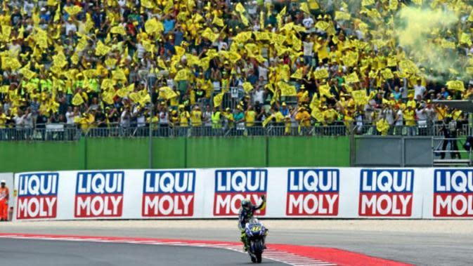 Fans tetap memberikan dukungan meskipun Valentino Rossi dipastikan absen pada balapan MotoGP San Marino di Sirkuit Misano, Minggu (10/9/2017). (Marca)