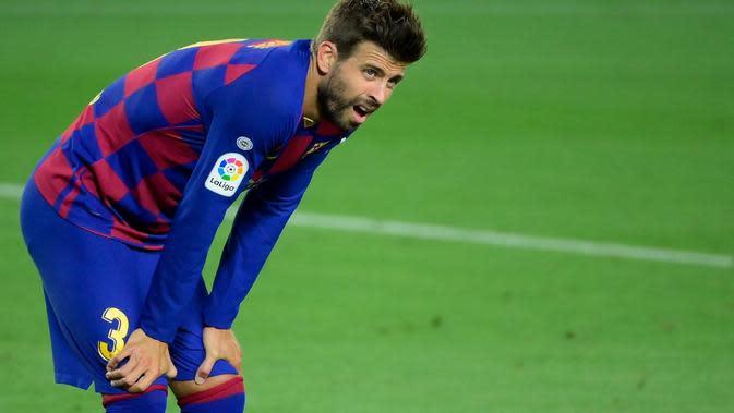 Ekspresi bek Barcelona, Gerard Pique, pada laga melawan Espanyol, di Camp Nou, Kamis (9/7/2020) dini hari WIB. (AFP/Lluis Gene)