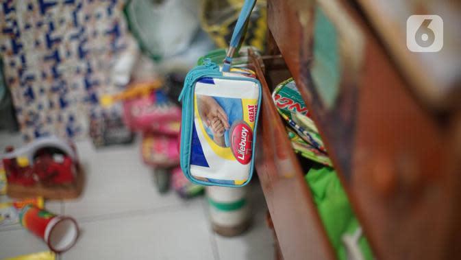 Dompet dari sampah plastik yang diproduksi di kawasan Pasar Minggu, Jakarta, Senin (13/1/2020). Rumah daur ulang plastik itu memproduksi barang dari limbah plastik seperti tas, payung, dompet dan koper dengan harga jual Rp20ribu hingga Rp700ribu. (Liputan6.com/Immanuel Antonius)