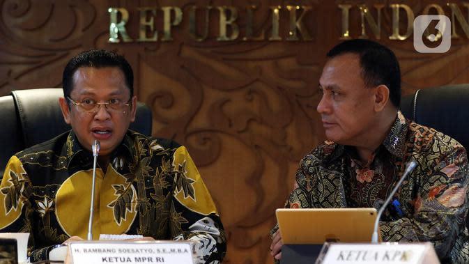 Ketua KPK Firli Bahuri (kanan) didampingi Ketua MPR Bambang Soesatyo memberikan keterangan usai mengadakan pertemuan di Komplek Parlemen, Selasa (14/1/2020). Agenda pertemuan dalam rangka silaturahmi dengan para pimpinan KPK yang baru saja dilantik. (Liputan6.com/Johan Tallo)