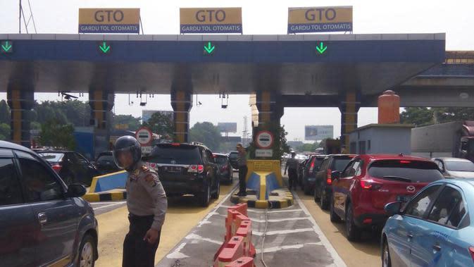Kemacetan di Tol Bandara Soetta menuju Jakarta (Liputan6.com/ Pramita Tristiawati)
