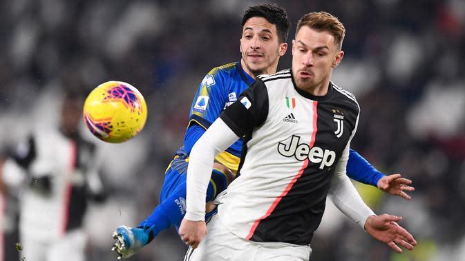 Gelandang Juventus, Aaron Ramsey (depan) berebut bola pada lanjutan pertandingan Liga Serie A Italia melawan Parma di Stadion Allianz, Minggu (19/1/2020). Menghadapi Parma, Juventus menang 2-1 berkat dua gol Cristiano Ronaldo. (Fabio Ferrari/LaPresse via AP)
