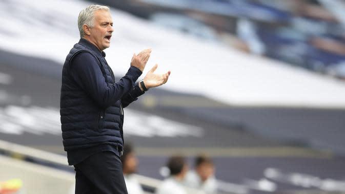 Pelatih Tottenham Hotspur, Jose Mourinho, memberikan arahan kepada anak asuhnya saat melawan Leicester City pada laga Premier League di London, Minggu (19/7/2020). Tottenham Hotspur menang tiga gol tanpa balas. (Adam Davy/Pool Photo via AP)