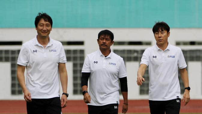 Manajer pelatih Timnas Indonesia, Shin Tae-yong, didampingi Indra Sjafri, dan Kim Hae-woon saat latihan di Stadion Wibawa Mukti, Cikarang, Senin (13/1/2020). Sebanyak 51 pemain mengikuti seleksi untuk memperkuat skuat utama Timnas Indonesia U-19. (Bola.co