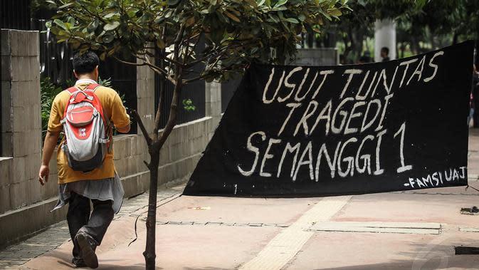 Spanduk berisi tuntutan pengusutan kasus Tragedi Semanggi terbentang di depan Kampus Unika Atma Jaya, Jakarta, Kamis (13/11/2014). (Liputan6.com/Faizal Fanani)