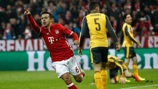 Gelandang Bayern Muenchen, Thiago Alcantara melakukan selebrasi usai mencetak gol ke gawang Arsenal pada pertandingan 16 besar Liga Champions di Allianz Arena, Munchen, (16/2). Alcantara mencetak dua gol dipertandingan ini. (AFP Photo / Odd Andersen)