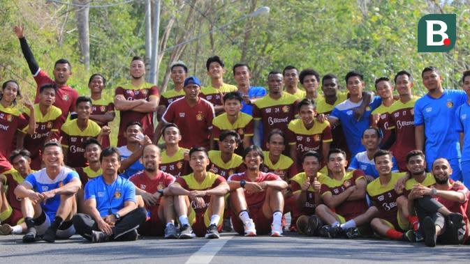 Budi Sudarsono menggelar latihan cross country untuk menggembleng daya tahan pemain Persik Kediri jelang lanjutan Liga 1 2020. (Bola.com/Gatot Susetyo)