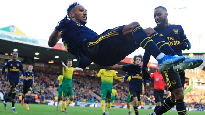 Penyerang Arsenal, Pierre-Emerick Aubameyang, merayakan gol ke gawang Norwich City pada laga pekan ke-14 Premier League, di Carrow Road, Minggu (2/12/2019). (AFP/Lindsey Parnaby)