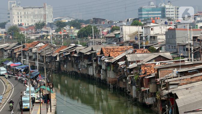 Suasana pemukiman kumuh padat penduduk di bantaran kali di Jakarta, Selasa (4/8/2020). Badan Pusat Statistik (BPS) mencatatkan jumlah penduduk miskin Indonesia mencapai 26,42 juta orang per Maret 2020. (Liputan6.com/Angga Yuniar)