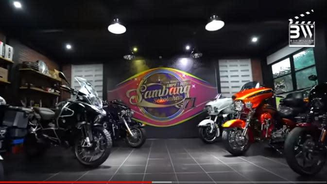 Beberapa motor gede berjejer di garasi khusus motor roda dua. Ada Harley Davidson, BMW dan beberapa moto lagi yang harganya ratusan juta rupiah. (Youtube/Boy William)