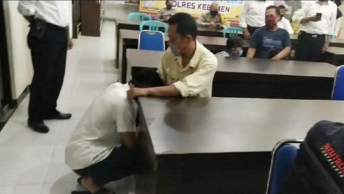 Demo Anarkis Berakhir Dramatis, Pelajar Nangis-Nangis Sungkem Orangtua