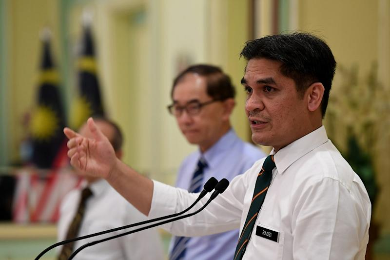 Senior Minister Mohd Radzi Jidin says the ministry does not intend to extend YTL Communications' contract for the 1BestariNet virtual learning platform. — Bernama pic