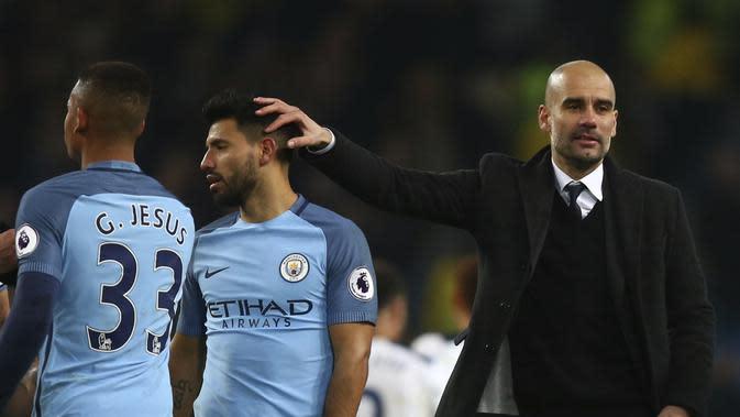 Pelatih Manchester City Pep Guardiola (kanan) mengusap kepala Sergio Aguero selepas pertandingan melawan Tottenham Hotspur, beberapa pekan lalu. Posisi Aguero di tim utama Man City diragukan, karena kehadiran Gabriel Jesus. (AP Photo/Dave Thompson)