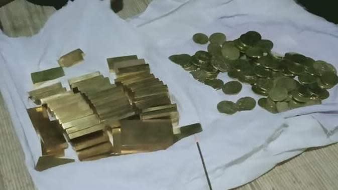 Batangan logam dan kepingan koin yang diduga sebagai harta peninggalan soekarno di Bone, Sulsel (Fauzan/Liputan6.com)