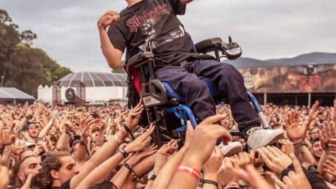 Penyandang disabilitas, Alex Dominguez diarak penonton menggunakan kursi rodanya (photo/Twitter/@archenemymetal)