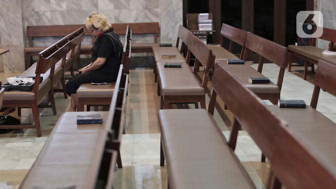 Seorang wanita mengikuti Misa Kenaikan Yesus Kristus di Gereja Protestan Indonesia Bagian Barat (GPIB) Effatha, Jakarta, Kamis, (21/5/2020). Di tengah wabah Covid-19, ibadah Misa Kenaikan Yesus di gereja tersebut ditiadakan dan diganti dengan menggunakan layanan