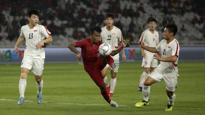 Striker Timnas Indonesia U-19, Mochammad Supriadi, berebut bola dengan pemain Timnas Korea Utara pada laga Kualifikasi AFC U-19 2020 di Stadion GBK, Jakarta, Minggu (10/11). Indonesia U-19 berhasil menahan imbang 1-1 DPR Korea. (Bola.com/Yoppy Renato)