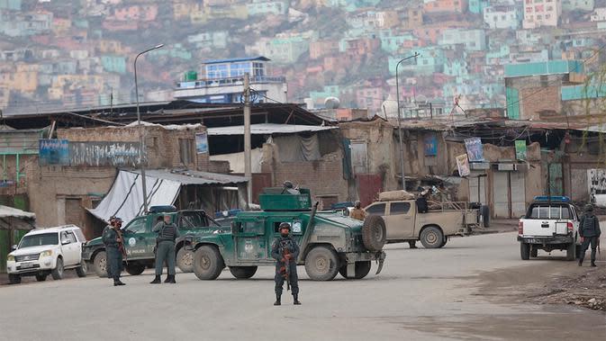 Pasukan keamanan telah menutup daerah itu, yang terletak di Kabul lama. (Foto: Rahmat Gul / AP )