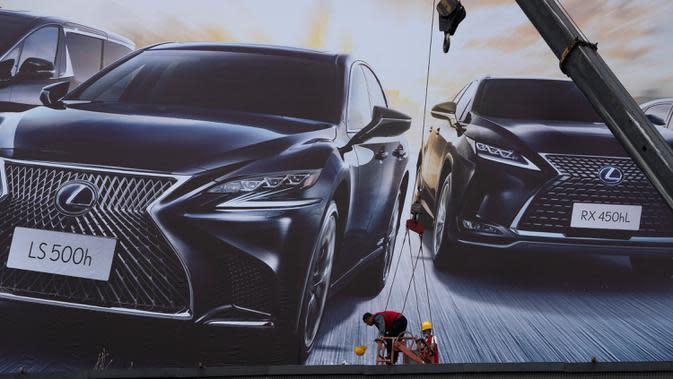 Pekerja mempersiapkan pameran Auto China 2020 yang akan digelar di Beijing, Kamis (24/9/2020). Menandai bangkitnya kembali industri otomotif negara dengan penduduk terbanyak di dunia ini, China mengumumkan siap menggelar Auto China 2020. (AP Photo/Ng Han Guan)