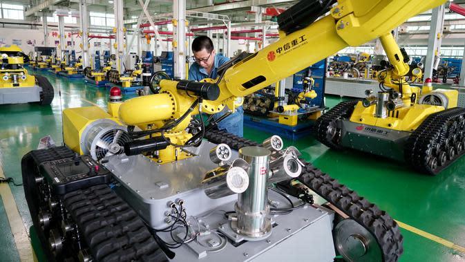 Pekerja melakukan awakutu (debug) pada robot khusus di sebuah bengkel kerja di Zona Pengembangan Industri Teknologi Tinggi Tangshan di Tangshan, Provinsi Hebei, China utara (17/7/2020). (Xinhua/Mu Yu)