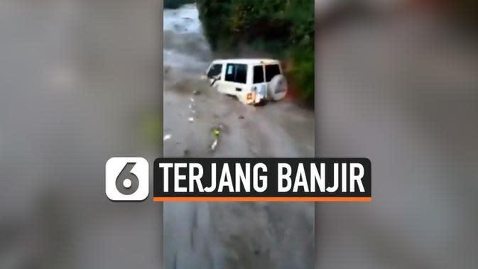 VIDEO: Pria Nekat Terjang Banjir, Istri dan Anak Tewas Terbawa Arus