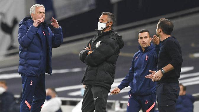Perselisihan antara guru dan murid ini dipicu oleh kekesalan Jose Mourinho yang melihat Frank Lampard terlalu banyak memberi instruksi dari dekat garis pinggir lapangan. (Neil Hall/Pool via AP)