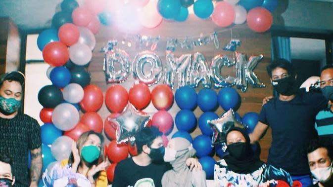 Momen ulang tahun Donny Michael yang dapat kejutan dari sang istri. (Sumber: Instagram/@aryanifitriana24)