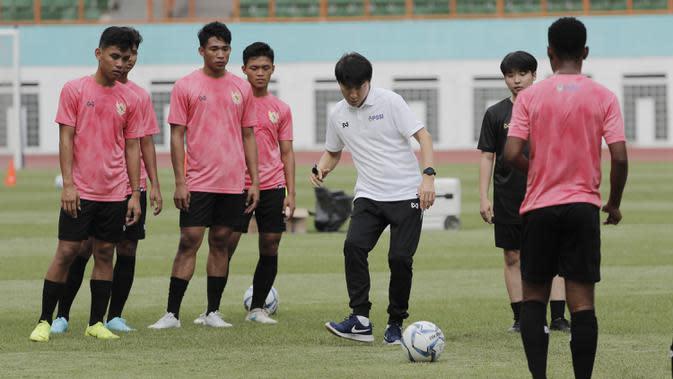 Manajer pelatih Timnas Indonesia, Shin Tae-yong, menendang bola saat latihan Timnas U-19 di Stadion Wibawa Mukti, Senin (13/1/2020). Pria asal Korsel ini menjadi supervisi untuk Timnas Indonesia senior, U-22, U-20, dan U-16. (Bola.com/M Iqbal Ichsan)