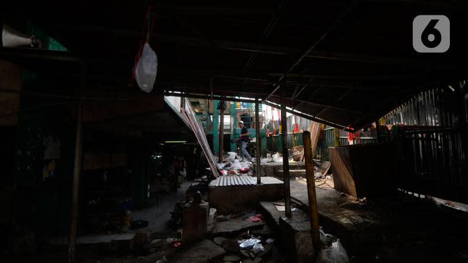 Suasana pasar Ciputat yang sudah tak baik untuk transaksi jual beli, Tangerang Selatan, Jumat (4/9/2020). Pasar Ciputat akan diubah seperti pusat perbelanjaan pasar rakyat yang modern dan bersih dengan kosep masih tetap pasar tradisional. (merdeka.com/Dwi Narwoko)
