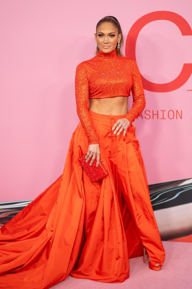 Jennifer Lopez zeigte Bauch: Sie bewies in einem maßgeschneiderten zweiteiligen Outfit von Ralph Lauren, das mit über 43.200 Kristallen verziert war, dass sie zu den bestangezogenen Stars der Branche gehört.<em> [Foto: Getty]</em>