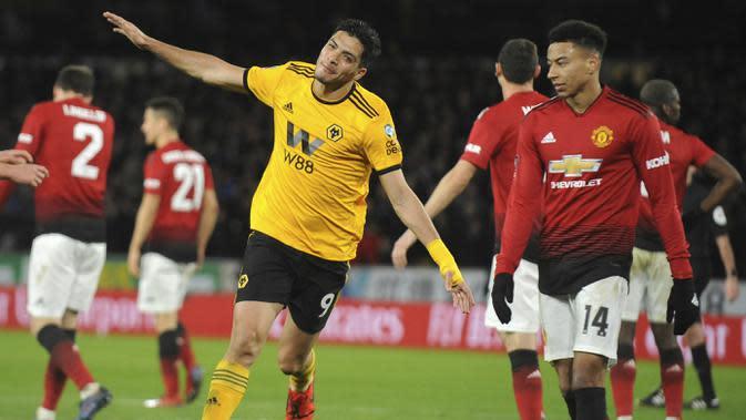 Pemain Wolverhampton Wanderers, Raul Jimenez, melakukan selebrasi usai membobol gawang Manchester United pada laga Piala FA 2019 di Stadion Molineux, Sabtu (16/3). Wolverhampton menang 2-1 atas Manchester United. (AP/Rui Vieira)
