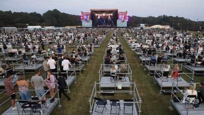 Inggris gelar konser musik jaga jarak fisik pertama kali. (Sumber: Twitter/@goIdenraindrops)