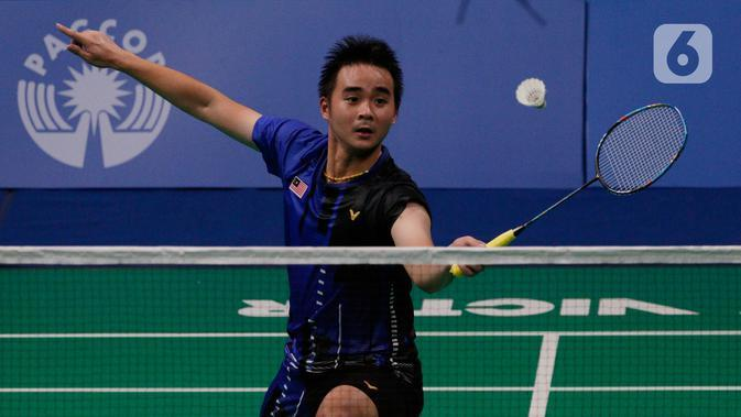 Tunggal putra Malaysia, Soong Joo Ven, mengembalikan kok saat melawan Anthony Ginting pada final beregu SEA Games 2019 di Multinlupa Sport Center, Filipina, Rabu (4/12/2019). Ginting menang 13-21, 21-15, dan 21-18. (Bola.com/M Iqbal Ichsan)
