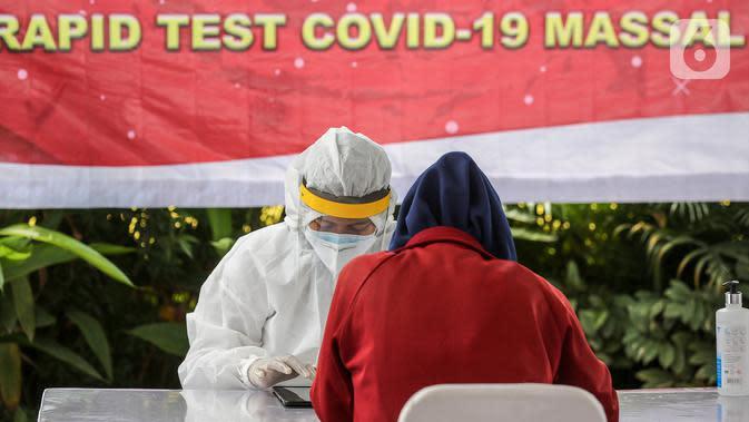 Tenaga medis menginput data warga saat rapid test massal di Kantor Kelurahan Pondok Betung, Tangerang Selatan, Kamis (14/5/2020). Sebanyak 500 alat rapid tes covid-19 dan 2 unit mobile laboratorium disediakan untuk mendapatkan hasil uji tes dengan PCR dalam waktu 5 jam. (Liputan6.com/Fery Pradolo)