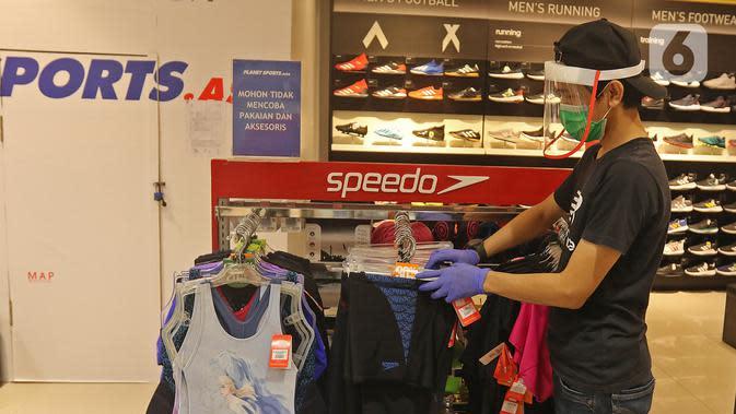 Pekerja merapikan pakaian di Mall Margo City, Depok, Jawa Barat, Selasa (9/6/2020). Pusat perbelanjaan atau mal di Kota Depok akan mulai dibuka pada 16 Juni 2020 dengan menerapkan sejumlah aturan protokol kesehatan yang ketat. (Liputan6.com/Herman Zakharia)