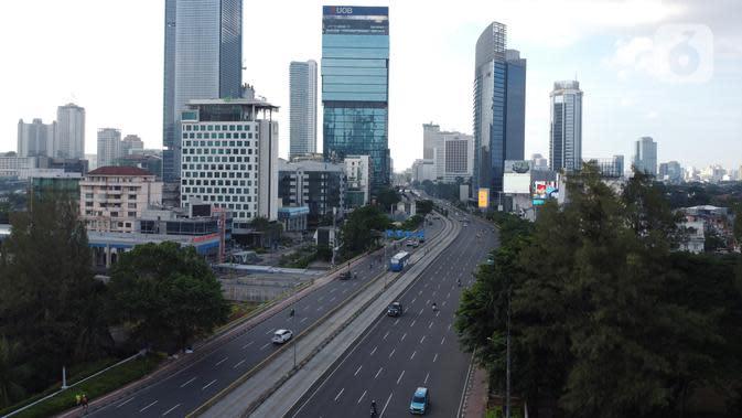 Foto udara kawasan Jalan Jenderal Sudirman, Jakarta, Minggu (3/5/2020). Pemprov DKI Jakarta telah menutup sementara 126 perusahaan yang melanggar Pergub Nomor 33 Tahun 2020 tentang Pelaksanaan Pembatasan Sosial Berskala Besar (PSBB) dalam Penanganan COVID-19. (Liputan6.com/Helmi Fithriansyah)