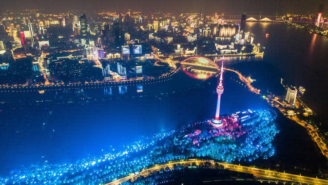 Pemandangan malam hari di Kota Wuhan, Provinsi Hubei, China, 7 April 2020. Wuhan mencabut larangan perjalanan keluar mulai 8 April 2020 setelah penerapan karantina wilayah (lockdown) selama hampir 11 pekan untuk membatasi penyebaran virus corona COVID-19. (Xinhua/Xiao Yijiu)