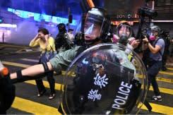 Polisi Hong Kong tembaki demonstran bertopeng